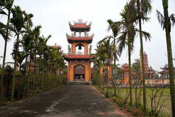 Cổng tam quan của chùa Phúc Minh