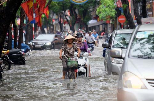 Nhiều tuyến phố chính tại Hải Phòng ngập sâu trong nước sau trận mưa lớn ngày 12/5. Ảnh: Trần Hoàng Ngọc/TTXVN