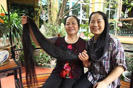 Chị Hoàng Thị Lan hơn 40 tuổi hiện sinh sống tại TP Thái Bình ( tỉnh Thái Bình) được công nhận là người phụ nữ có mái tóc dài nhất Việt Nam. Mái tóc của chị hiện dài 2,4m, được búi lên cao nên nhiều người, kể cả người thân ít khi được chiêm ngưỡng, sờ tận tay mái tóc đặc biệt của chị.