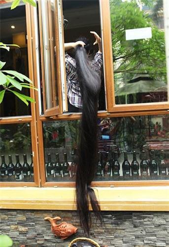 Chị Lan đứng bên của sổ xõa mãi tóc xuống bên dưới, mỗi khi chị cầm tay vuốt lên, vuốt xuống mái tóc mềm mại như những đợt sóng nhẹ nhàng. Trước đó, với mái tóc dài 2,4m, chị Lan được Tổ chức Kỷ lục Guinness Việt Nam trao xác lập là người phụ nữ có mái tóc dài và thẳng nhất Việt Nam, ngày 27/10/2012.