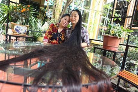 """Bà Ngọc (cô của chị Lan) không khỏi ngỡ ngàng khi được tận tay sờ vào mái tóc kỷ lục Việt Nam """"tóc thật rồi, không phải tóc giả, chưa bao giờ thấy mái tóc dài như thế này cả, chăm được bộ tóc như thế này không phải đơn giản. Tóc không những dài, đen, óng mượt mà còn tỏa ra mùi thơm của hương lá chanh, lá bưởi, sả…"""""""