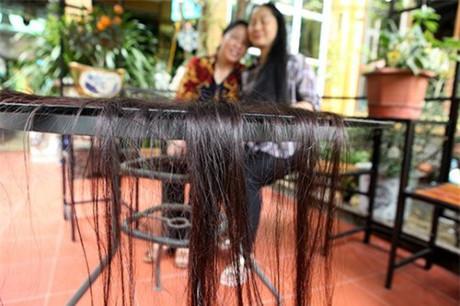 """Mái tóc của người phụ nữ quê lúa """"khỏe"""" từ chân tóc đến ngọn dù không dùng các loại dầu gội dưỡng chất nào."""