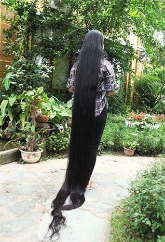 """Do tính chất công việc nên hàng ngày mái tóc của chị được búi nên cao, ít khi thả ra để mọi người chiêm ngưỡng, chị cho biết: """"Đã gần 20 năm nay tôi không cắt tóc, thỉnh thoảng chỉ tỉa phần ngọn cho đỡ dài ra""""."""