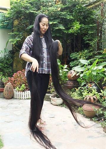 Đây là lần hiếm hoi chị thả mái tóc nơi chị làm việc, chị thả mái tóc thướt tha đi lại trong khu vườn khiến nhiều người thích thú, chụp ảnh.