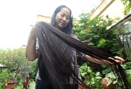 """""""Từ bé đến lớn tôi chỉ nhuộm tóc một lần duy nhất, lúc đó tóc còn ngắn. Từ năm 1998 đến nay tôi không cắt ngắn lần nào"""", chị Lan thổ lộ."""