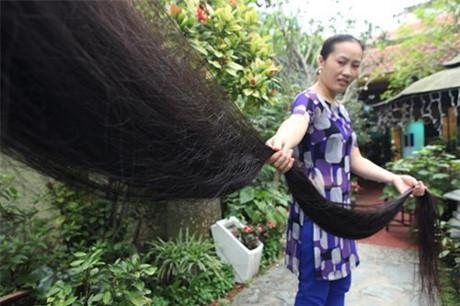 Từng sợi tóc suôn mượt khiến người thân của chị thích thú. Khi ngủ chị thường nằm ngược để không ảnh hưởng đến chồng, con.