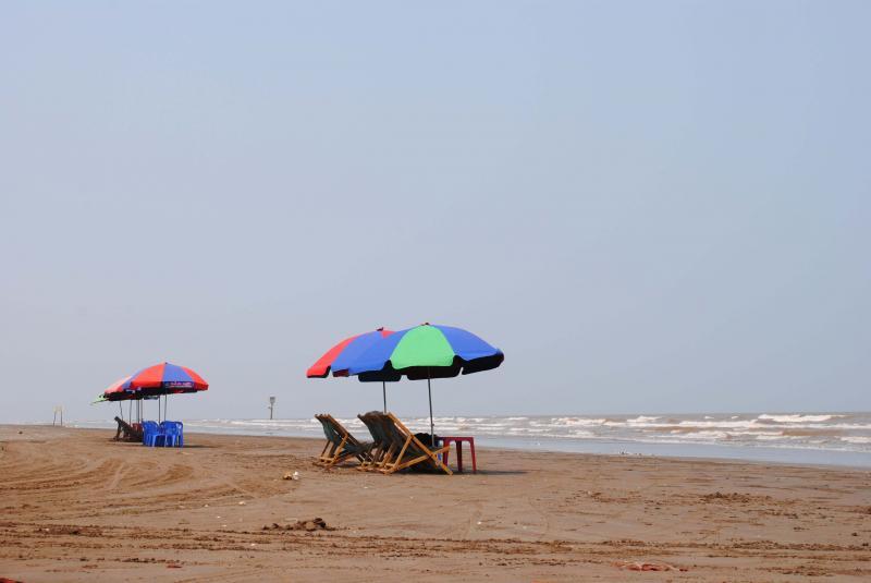 Thưởng thức cảnh sóng biển vỗ khi ngồi trên những lều quán