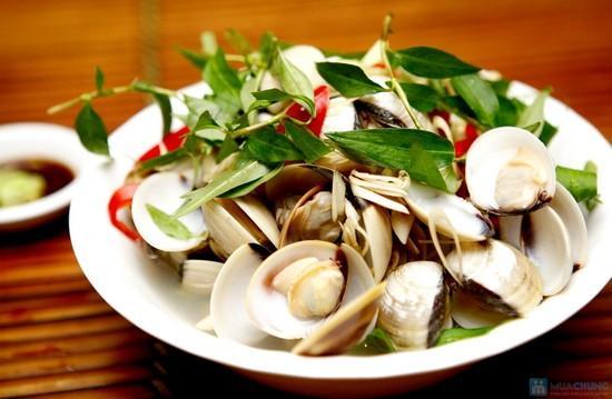 Ăn những món hải sản tươi ngon...