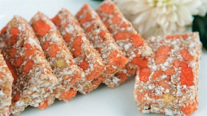 Bánh cắt xắt ra từng miếng ăn rất thơm và ngon