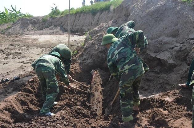 Lực lượng công binh đào mở rộng miệng hố bom.