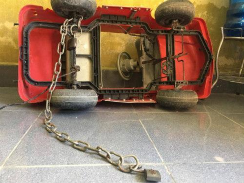 Chiếc xe ô tô đồ chơi, cùng dây xích mà Tùng đã dùng để xích chị T.
