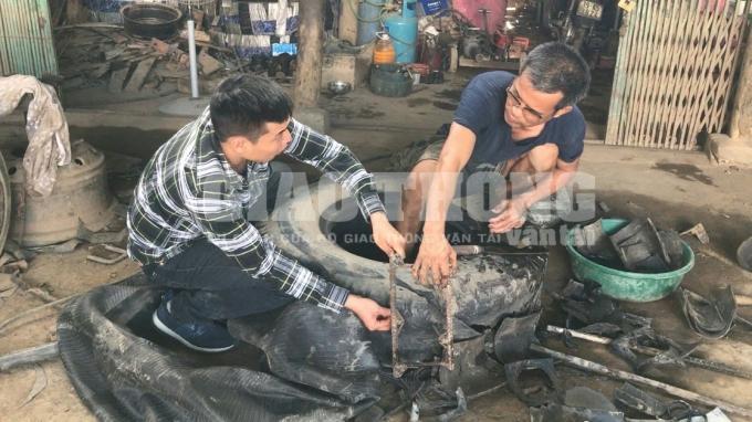 Ông L.V.V. (thị trấn Đoan Hùng, Phú Thọ) - thợ làm lốp  rút chiếc chông sâu hoắm ra khỏi bánh xe gặp nạn.