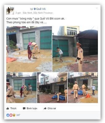 Hình ảnh 2 chiến sĩ cảnh sát giao thông giúp dân hốt lúa trước cơn mưa ập đến được chia sẻ trên mạng xã hội.