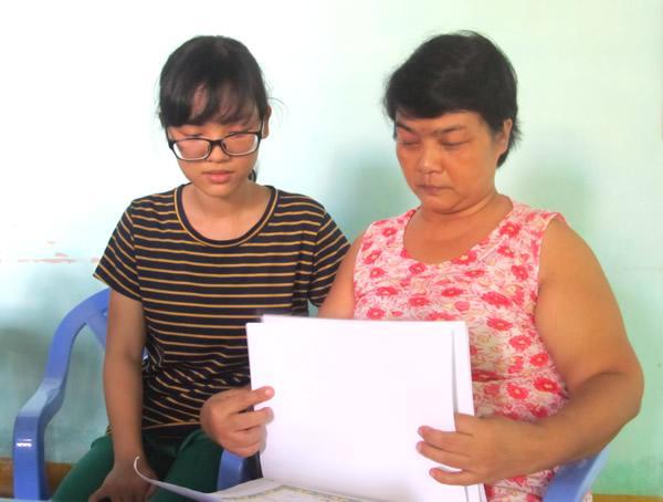Phan Ngọc Hân và mẹ bên chồng giấy khen của em trai.