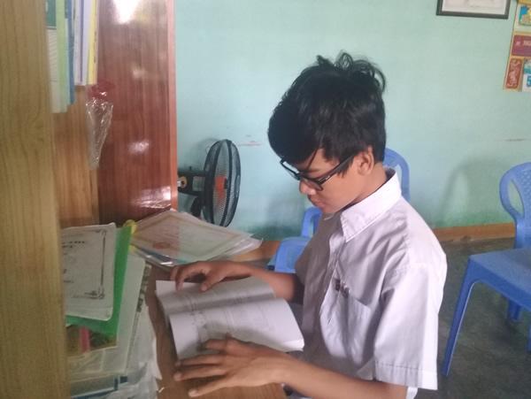 Phan Ngọc Quý bên góc học tập của mình.