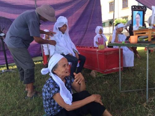 Bốn đứa trẻ đang tuổi ăn tuổi học thẫn thờ trước sự ra đi của mẹ. Ảnh: Quốc Hiệp