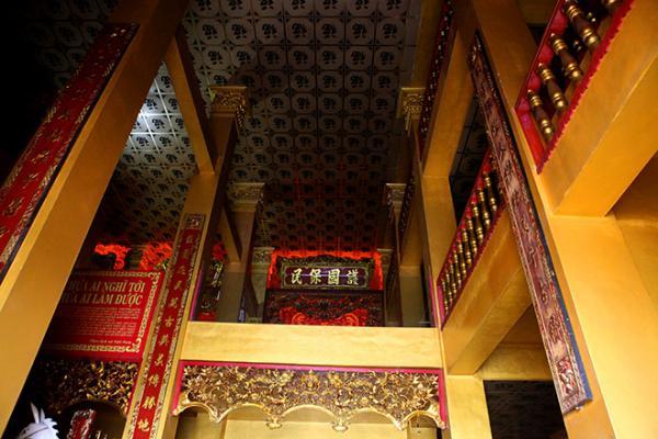 """Lăng mộ gồm 3 tầng, 6 mái, cao 41 m, bằng tòa nhà cao tầng hiện đại. Mái tầng một của lăng mộ gồm đôi rồng khổng lồ chầu vào chiếc """"bánh xe lịch sử"""" ở trung tâm mặt trước lăng mộ. Những tầng trên, các mái dốc đều có rồng chầu mặt nguyệt. Hình thù rồng, mặt nguyệt cùng các hình vẽ, hình khắc đều được sự tư vấn của các nhàvăn hóa, sử học để cho phù hợp với kiến trúc đời Lý và đời Trần. Lăng mộ có 3 cửa vào. Cánh cửa khổng lồ bằng gỗ dày đến 20cm."""