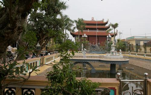 Nhà thờ họ lớn thứ hai ở làng Mẹo thuộc dòng họ Vũ của đại gia Vũ Quang Huy. Công trình nằm trên diện tích hàng trăm mét vuông này tuy không đồ sộ như của họ Trần nhưng cũng đủ để các lăng mộ khác phải kiêng nể vì sự hoành tráng.