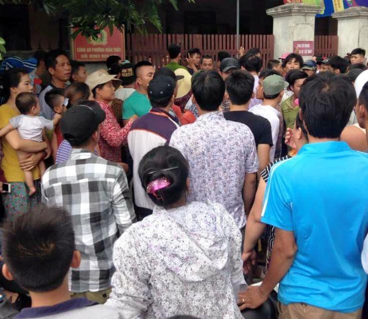 Người dân đội mưa vây trụ sở công an phường Nghi Thủy (Nghệ An) yêu cầu xử lý người phụ nữ nghi bắt cóc trẻ em