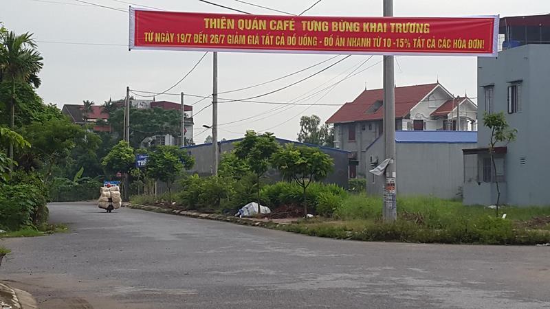 Băng rôn quảng cáo chăng ngay ngã tư đường khu phố Phúc Lộc, thị trấn Hưng Hà.