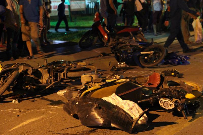 Gần 10 xe máy bị ôtô đâm phải nằm la liệt, các nạn nhân đã được đưa đi cấp cứu.