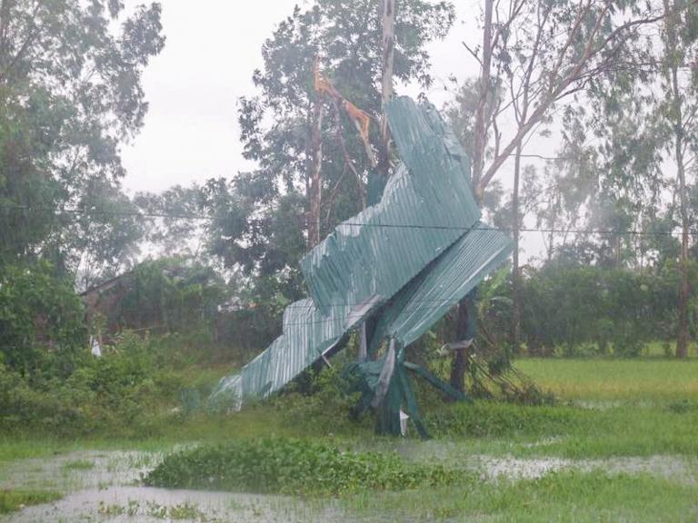 Mái tôn của nhà dân bị lốc xoáy cuốn bay (Ảnh: UBND Đức Thọ cung cấp)