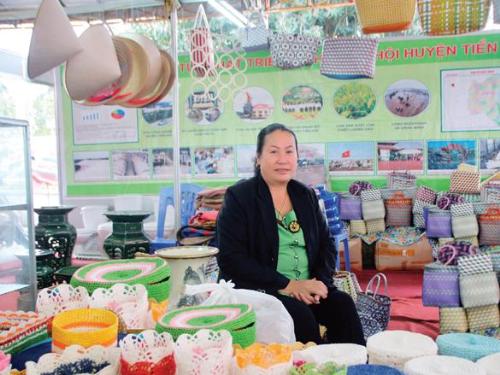 Nữ doanh nhân Phạm Thị Ngắn được tôn vinh vì những đóng góp của mình trong nghề cói. (Ảnh: Vnexpress)