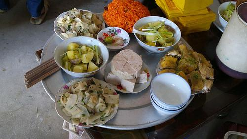 """""""Ăn cỗ lấy phần"""" là phong tục thể hiện văn hóa """"nhường cơm sẻ áo"""" của người Việt (Ảnh: Vnmilitaryhistory.net)"""