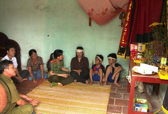 Đại diện Công an tỉnh Thanh Hóa và chính quyền địa phương tới thăm hỏi, chia sẻ mất mái với gia đình nạn nhân (ảnh Công an Thanh Hóa)