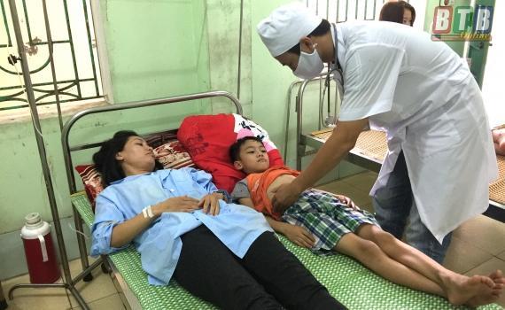 Hai mẹ con chị Vũ Thị Vân đang điều trị tại Khoa Truyền nhiễm, Bệnh viện Đa khoa Nam Tiền Hải.