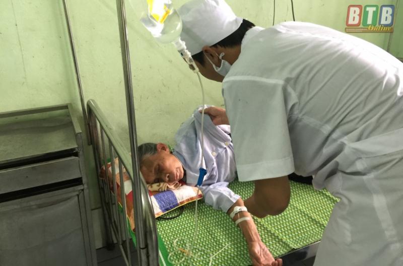 Bác sĩ điều trị bệnh cho bà Trần Thị Nhiềm -  bà mẹ trong gia đình có 6 người nghi mắc sốt xuất huyết.