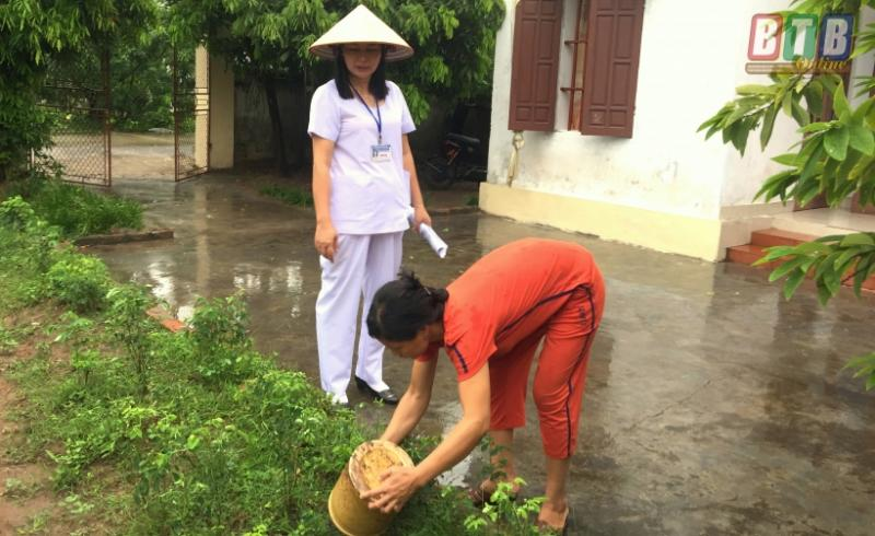 Cán bộ y tế đến tận nhà dân hướng dẫn vệ sinh môi trường phòng chống sốt xuất huyết.
