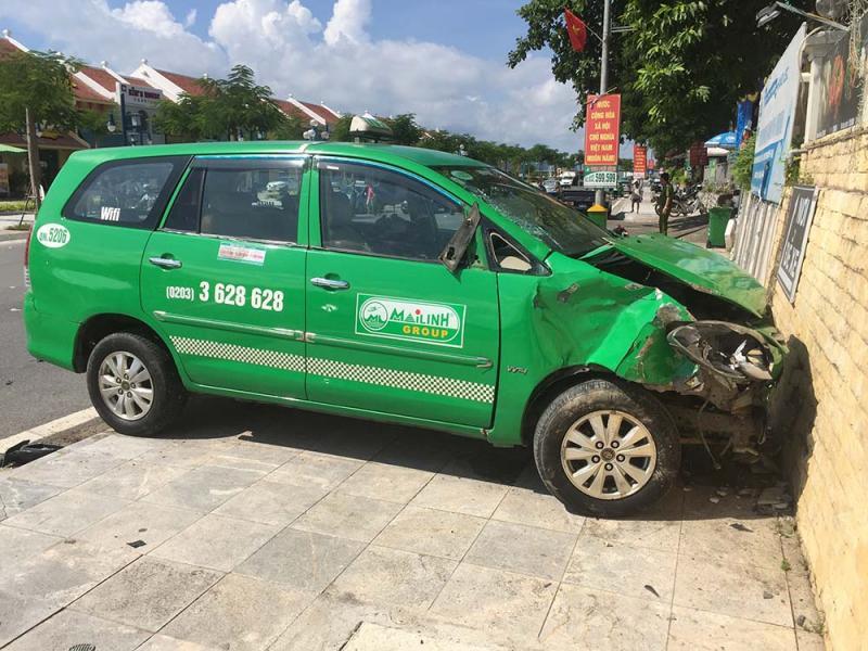 Chiếc taxi lao lên vỉa hè mới dừng lại