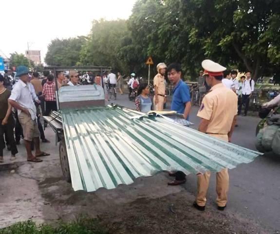 Chiếc xe xích lô chở tôn khiến người đàn ông điều khiển xe máy tử vong. Ảnh Lê Hồng Quang
