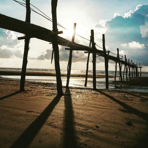 Cây cầu tre huyền thoại của bãi biển Cồn Vành. (Ảnh: we25)