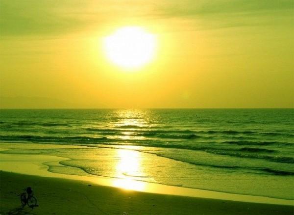 Bình minh trên bãi biển Cồn Đen. (Ảnh: dichungtaxi.com)