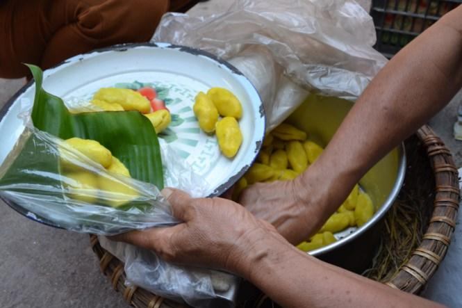 Chõ bánh nghệ trong phiên chợ của bà Hỡi