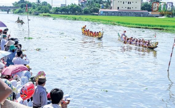 Đua thuyền tại lễ hội đền Đồng Bằng. Ảnh: THÀNH TÂM