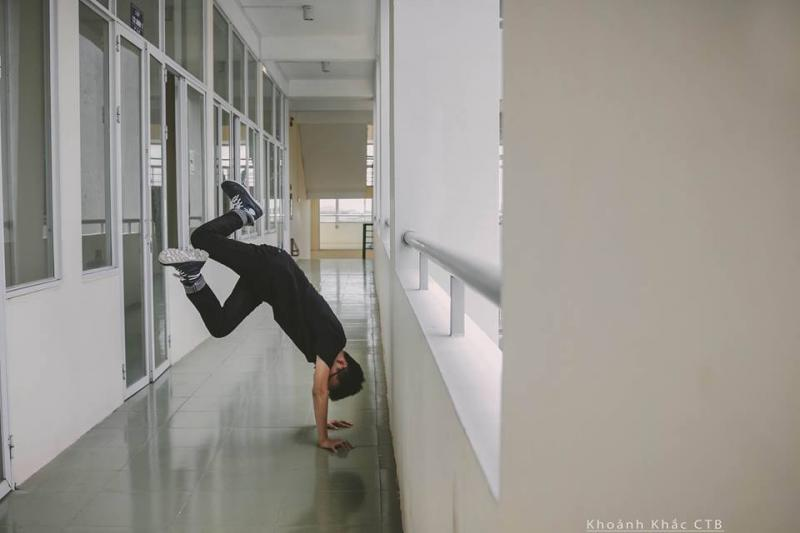 """Hành lang hẹp luôn là """"hậu trường"""" của những bức ảnh độc. (Ảnh: FB Khoảnh khắc CTB)"""