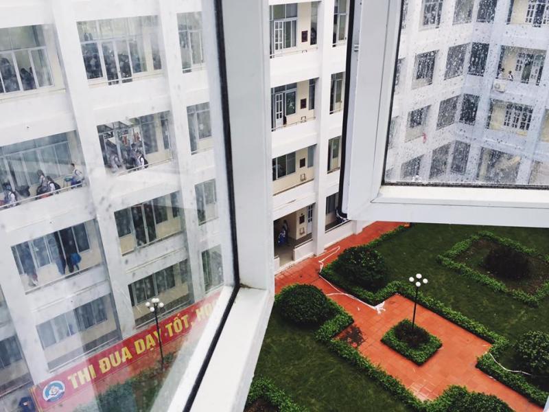 Một góc sân được chụp qua cửa sổ lớp học. (Ảnh: FB Chuyên Thái Bình là nhà)