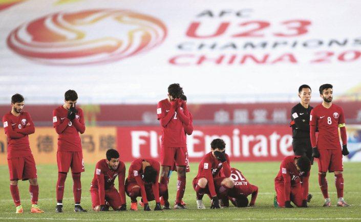 Cầu thủ Qatar ôm mặt, gục xuống sân, nuối tiếc nhìn Việt Nam lấy vé chung kết U23 châu Á