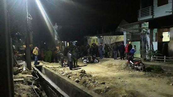 Rất đông người dân theo dõi công an dựng lại hiện trường
