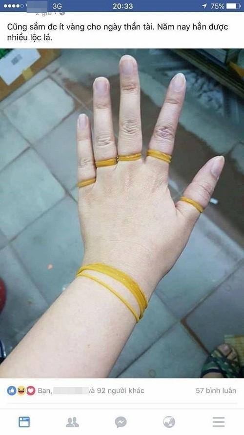 Không những cả 5 ngón tay đều đeo vàng mà cổ tay còn có vòng vàng kia kìa.