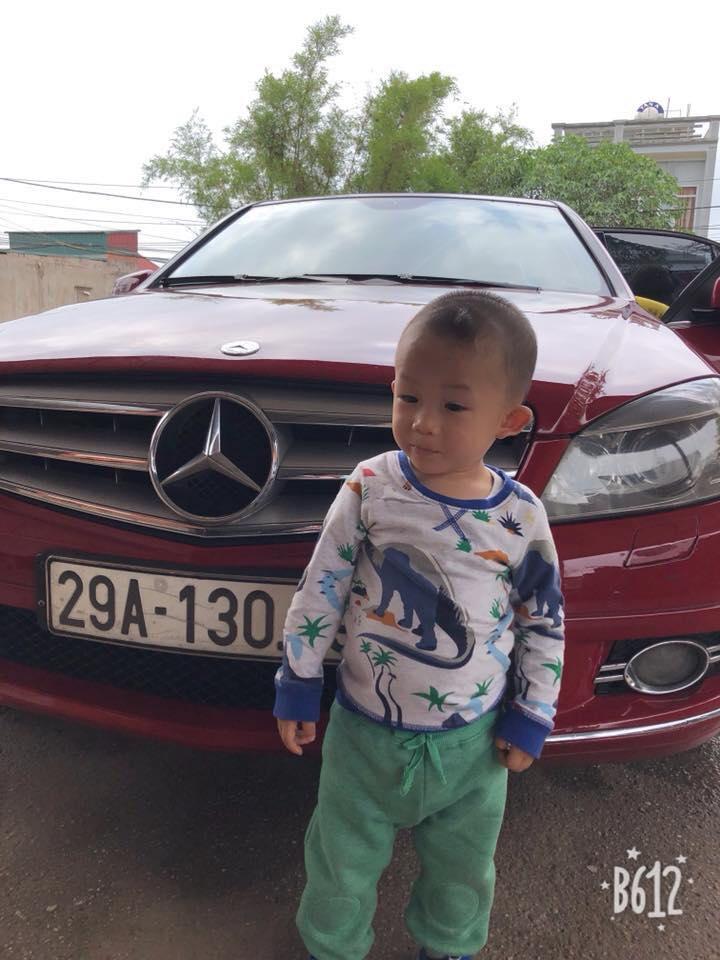 Con trai Hiệp Gà tạo dáng trên xe mới của bố.