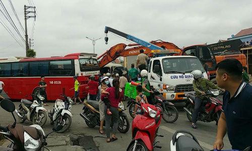 Hiện trường vụ va chạm giữa xe khách và xe chở khách đi du lịch đền Cửa Ông (Quảng Ninh).