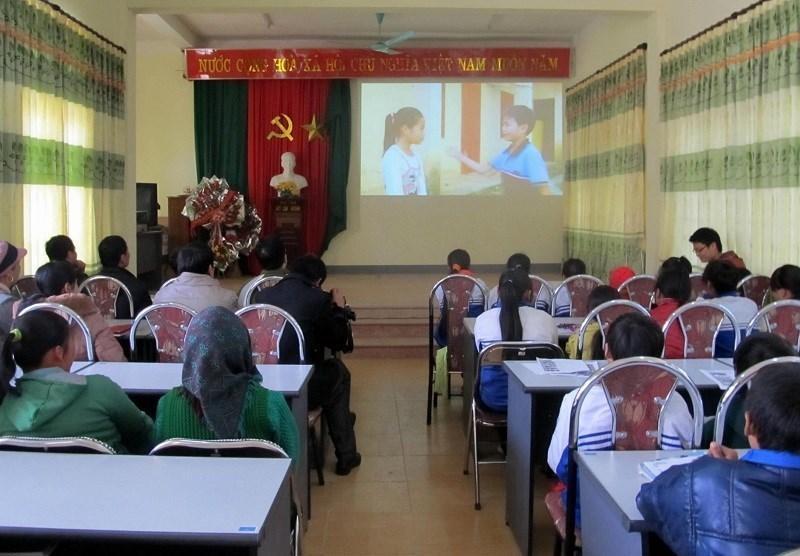 Phụ huynh và học sinh xã Quang Hán (Trà Lĩnh) tham dự công chiếu Liên hoan phim với chủ đề