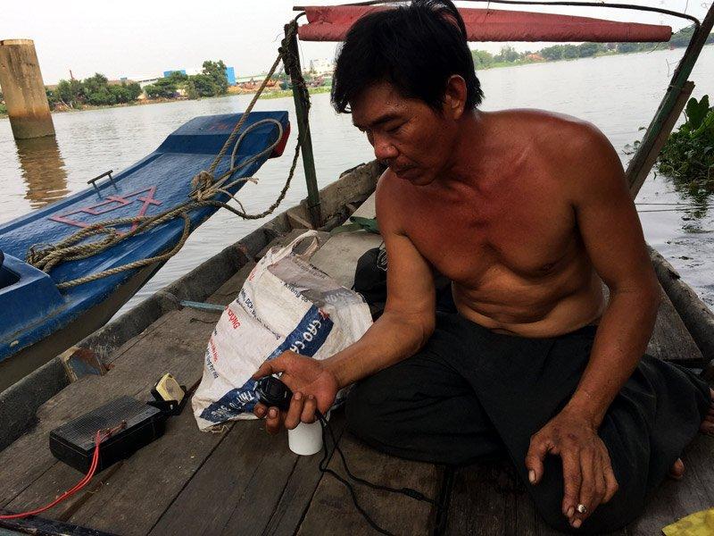 Ông Nguyễn Văn Lợi, thợ đo nước.