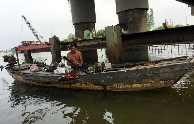 Mỗi giờ ông thả dụng cụ đo nước xuống sông 1 lần.