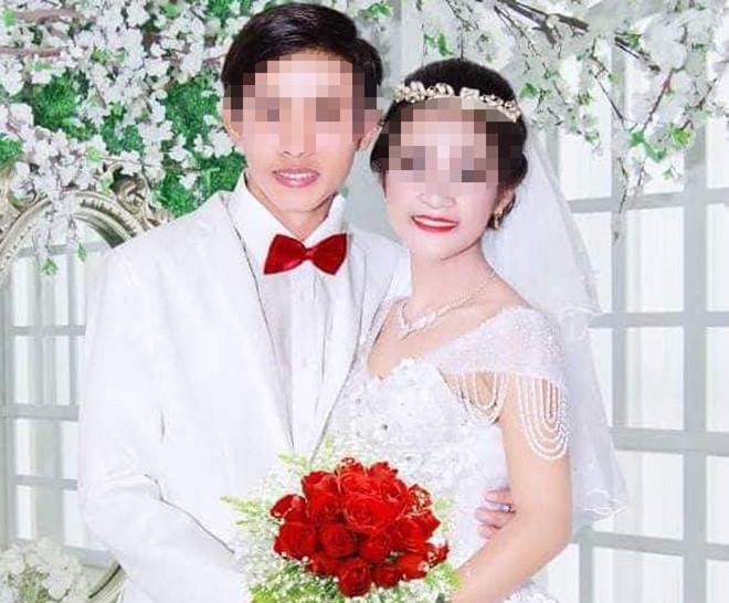 Hình của đôi trai gái đặt tại lễ đính hôn. Ảnh: Nhật Tân.