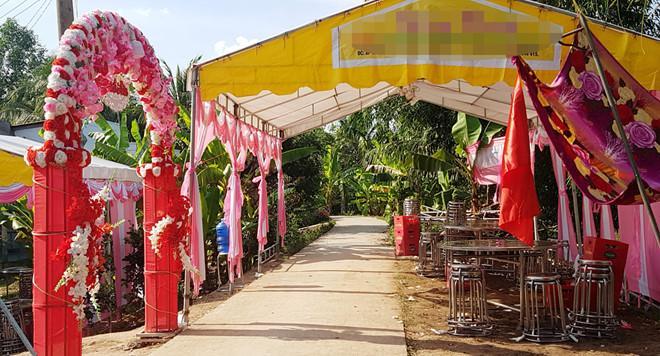 Rạp đãi tiệc 15 mâm cỗ tại nhà gái ngày 2/5. Ảnh: Nhật Tân.